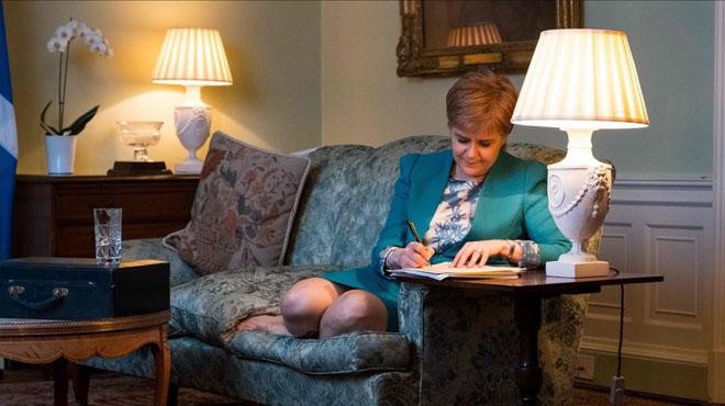 Sturgeon envia la carta a May demanant el referèndum d'independència