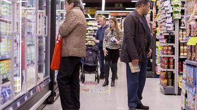 Un grupo de personas comprando en un supermercado en Barcelona.