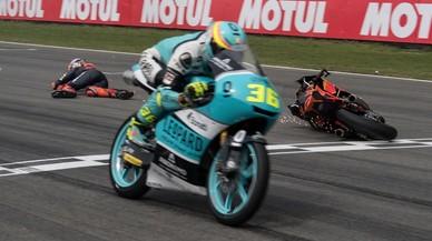 El holandes Bo Bendsneyder y su KTM cruzan la meta de Assen por los suelos justo detras de Joan Mir (Honda).