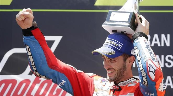 El italiano Andrea Dovizioso (Ducati) celebra su triunfo en Montmeló.