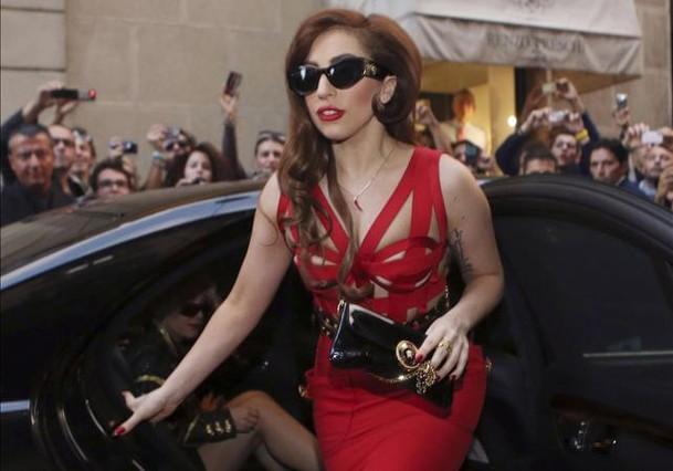 Lady Gaga se recupera de su operación de cadera en una silla de ruedas bañada en oro