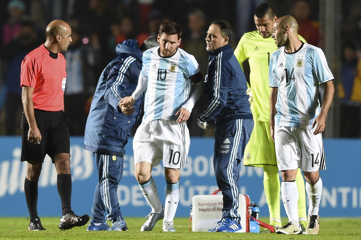 Leo Messi se retira del terreno de juego tras lesionarse en el Argentina-Honduras.