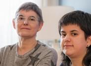 Marta, con su madre, en su casa en Barcelona.