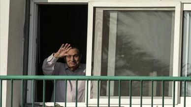 Mubarak saluda desde el Hospital Militar Maadi donde ha estado recluido, en octubre del 2016.