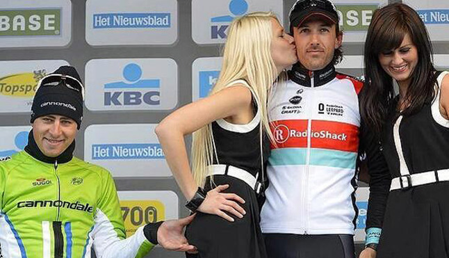 Sagan pide perd�n por tocar el trasero a una azafata en el podio de Flandes