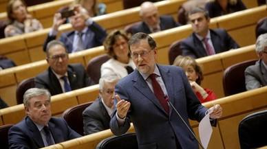 Rajoy, habla desde su escaño en el pleno del Senado.