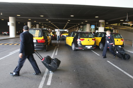 Taxistas en la T-1 de El Prat.