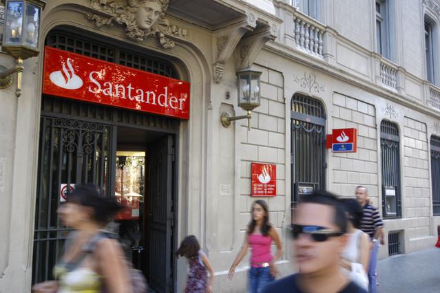 S p rebaja la calificaci n de varios bancos espa oles for Oficinas banco santander en barcelona