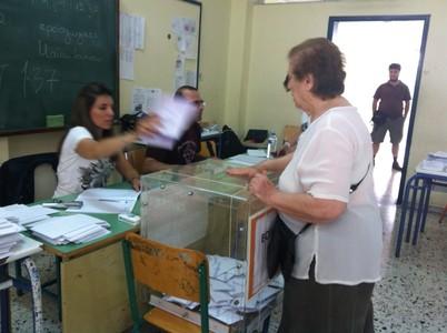 Una mujer ejerce su derecho a voto en un colegio electoral del barrio de Koukai, en el centro de Atenas.