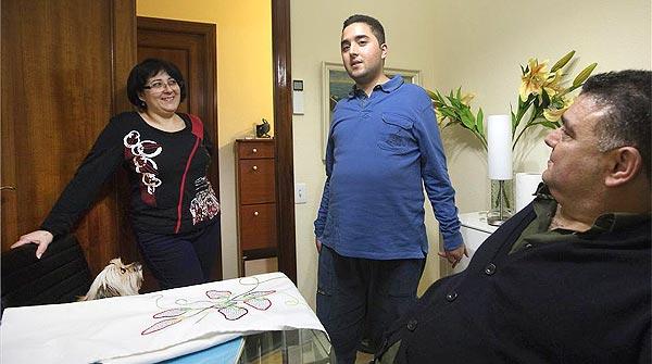 Alexander Moreno, de 24 años, es autista y sufre atresia de las vías biliares