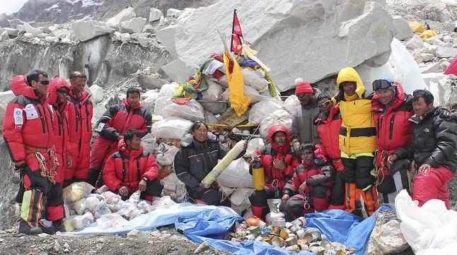 Un grupo de serpas y alpinistas, rodeados de la tonelada de basura que han recogido en el Everest.