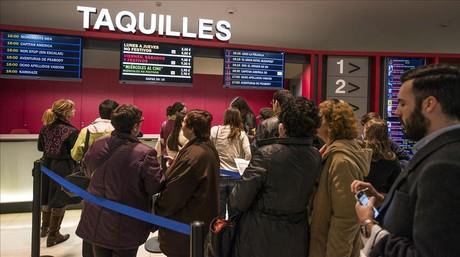 Los espectadores hacen cola en los multicines las Arenas de barcelona, el pasado mes de abril durante la 'fiesta del cine'