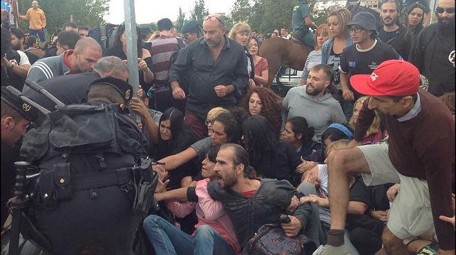 La polic�a ha desalojado uno a uno a los manifestantes animalistas.