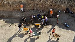 Trabajos de excavaci�n en el castillo de Montsoriu, que ya se encuentra abierto al p�blico.