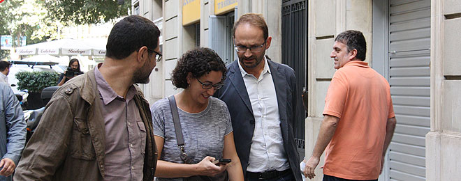 La secretaria general de ERC, Marta Rovira, flanqueada por el coordinador nacional y el secretario general de ICV, Joan Herrera y Josep Vendrell, este lunes.