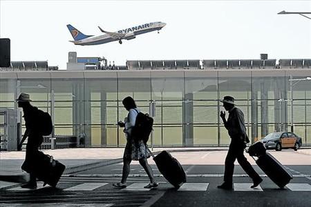 Pasajeros en la T-1 del aeropuerto de El Prat.