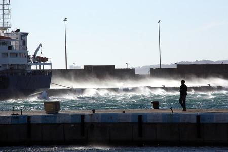 El agua golpeando el espig�n de Palam�s.
