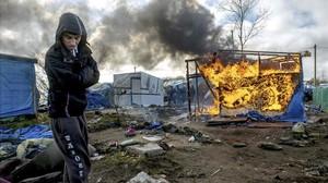 Un refugiado observa la demolición del campo de Calais.