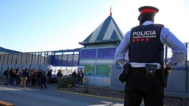 Colau ordena el tancament del centre d'estrangers de la Zona Franca