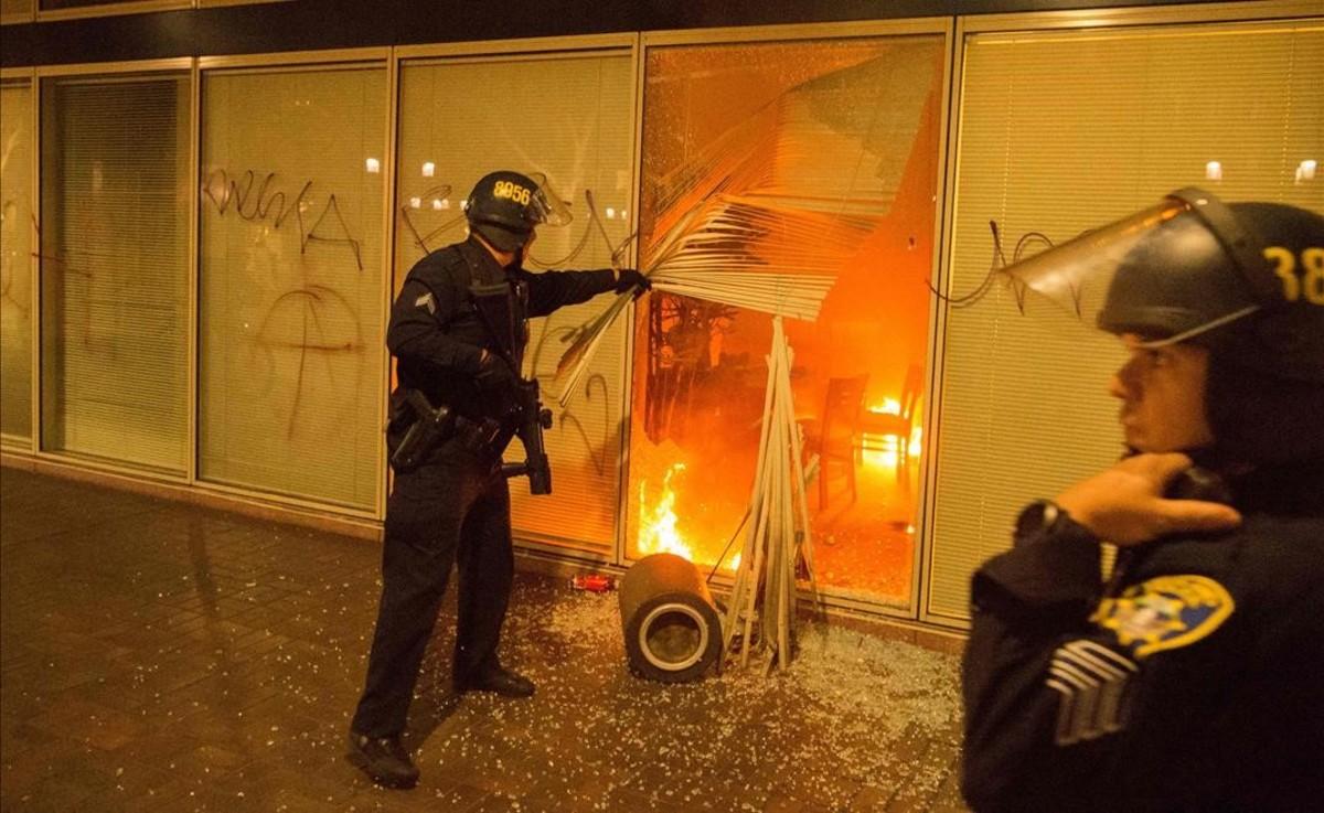 Incendio durante una protesta anti-Trump en Oakland, California