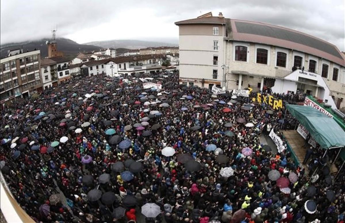 Miles de personas participan este mediodia en la manifestacion que discurre por Alsasua en contra de la imagen que se proyecta de la localidad