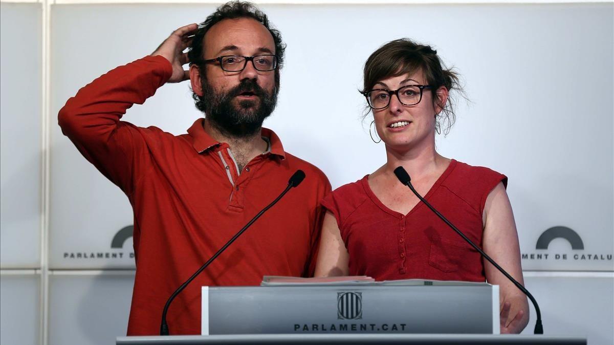 Vehí (derecha) junto al diputado de la CUP Benet Salellas, en el Parlament, en una imagen de archivo.