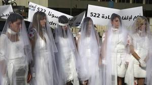 Mujeres vestidas de novia en una protesta contra la ley derogada, en Beirut, en diciembre del 2016.