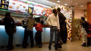 Local de comida rápida en Barcelona, en el que se ven reflejados los carteles de otro restaurante