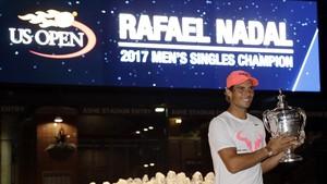 Rafa Nadal posa para los fotógrafos con la copa del Abierto de EEUU.