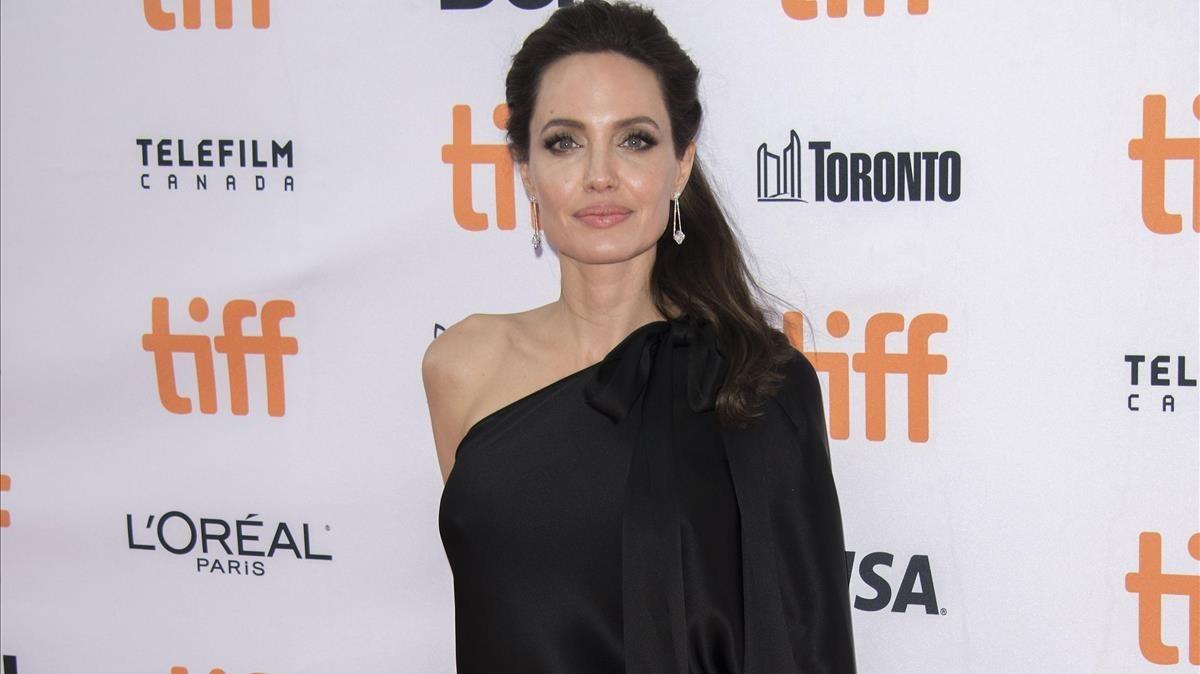 Angelina Jolie presenta en el Festival de cine de Toronto la película que produce y dirie Se lo llevaron: recuerdos de una niña de Camboya.