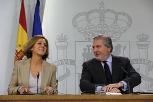 El ministro portavoz, Íñigo Sánchez de Vigo, y la ministra de Defensa, María Dolores de Cospedal, este mediodía.