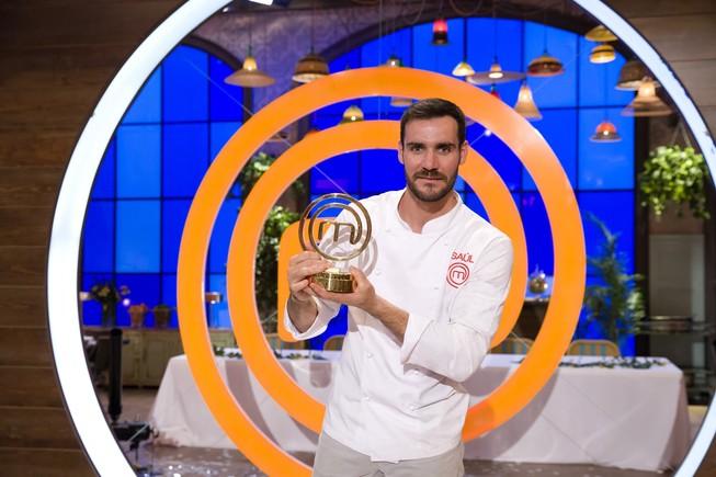 Saúl Craviotto, con el premio que le acredita como ganador de Masterchef celebrity 2