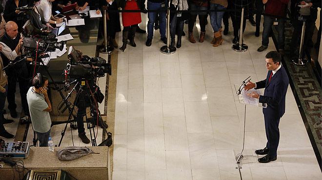 """Despr�s de firmar l'acord de Govern amb Albert Rivera, Pedro S�nchez ha assegurat en roda de premsa: """"L'acord s� que suma perqu� proposa una soluci� a l'emb�s pol�tic""""."""