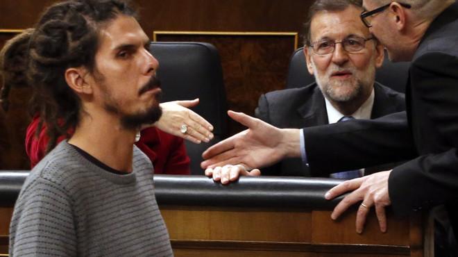 El diputado de Podemos Alberto Rodríguez pasa ante el presidente del Gobierno en funciones, Mariano Rajoy, antes de votar la elección del presidente del Congreso, durante la sesión constitutiva de la Cámara baja.
