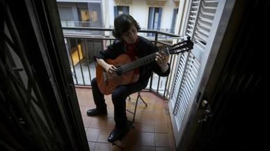 Una jubilada canta al balcó per no perdre el seu pis de lloguer a Gràcia