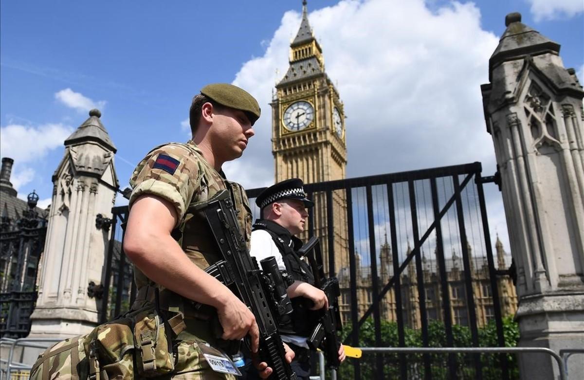 Gran Bretaña desplegó asoldados y pilicías a los sitios clave y elevó su alerta terrorista al máximo después del atentado suicida de Manchester.