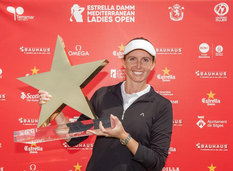 La inglesa Florentyna Parker, con el trofeo de ganadora en Sitges