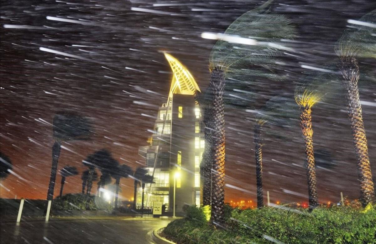 Los árboles se mecen por culpa de las fuertes lluvias y el viento ocasionados por el huracán Matthew, Cabo Cañaveral.