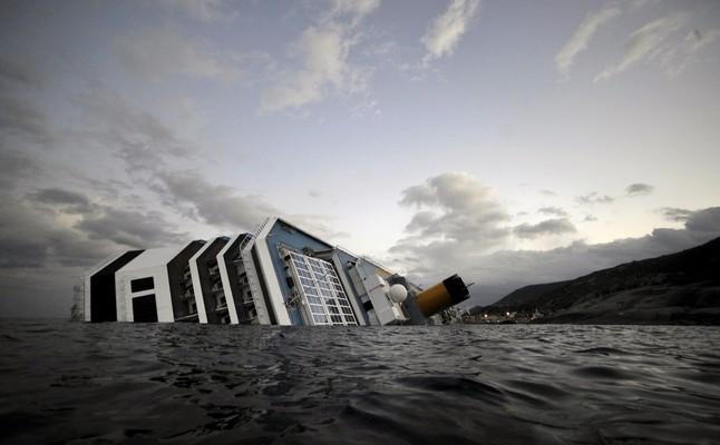 El hundimeinto del crucero Costa Concordia en la costa de la isla Giglio que se hundió a principios de año y causó la muerte de 32 personas.