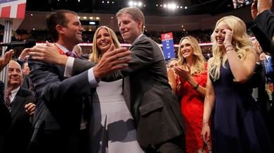 Los hijos de Trump (de izquierda a derecha: Donald Jr, Ivanka, Eric y su mujer, Lara Yunaska, y Tiffany) celebran el anuncio de los votos de la delegaci�n de Nueva York, en Cleveland.