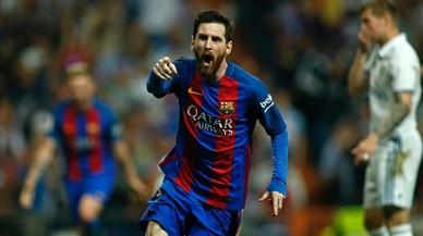 Messi corre eufórico tras anotar el 2-3definitivo en el Bernabéu este domingo.