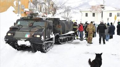 Miembros del Ejército italiano llegan con víveres a Campotosto, el 19 de enero.