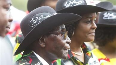 Mugabe y su mujer, Grace, durante las celebraciones por su 93 aniversario en Matopos, en las afueras de Bulawayo (Zimbabue), este sábado.