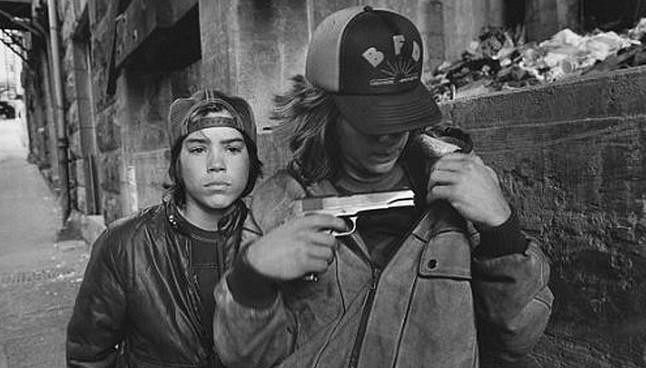 El hijo de Beckham la l�a con una pistola