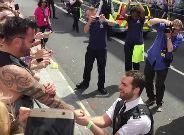 L'agent s'agenolla davant el seu n�vio, que contemplava la desfilada de l'Orgull Gai de Londres.