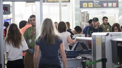 La presencia de la Guardia Civil minimiza las colas en el control de seguridad