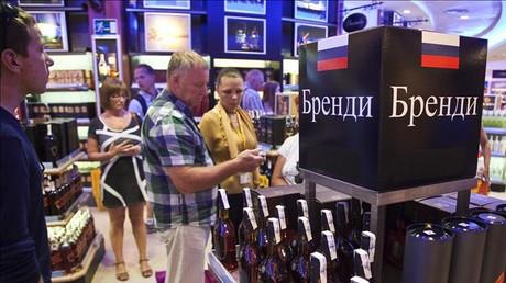 Turistas rusos en una tienda del aeropuerto de El Prat.
