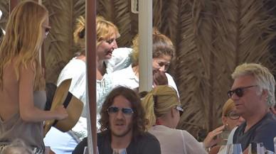 Vanesa Lorenzo, de pie a la izquierda, con Carles Puyol y Carles Sans, sentados, en el restaurante de Eivissa donde han comido.