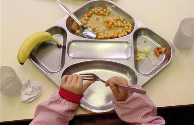 Un alumno termina de comer en una escuela de Barcelona.