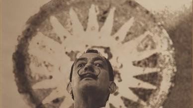 Salvador Dalí, en la famosa sala hipóstila del parque Güell en el año 1956.